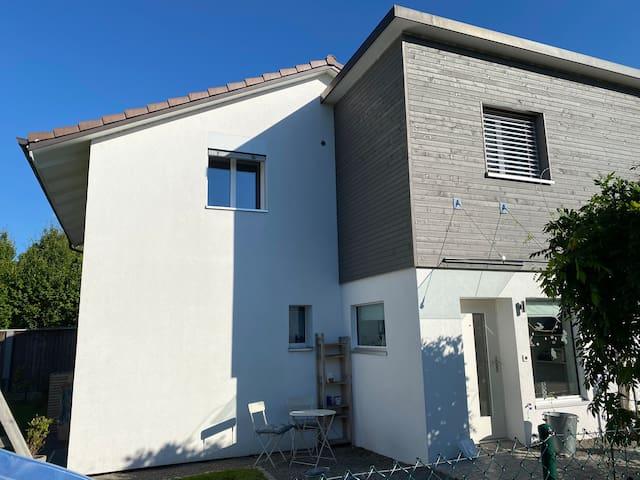 Modernes, gemütliches Haus mit sonnigem Garten