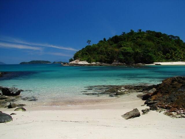 Areia Branca, aguas transparentes, vida marinha e muita tranquilidade
