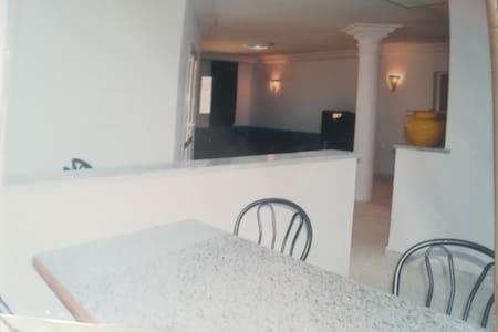 Maison à deux étages, à 200m de la plage