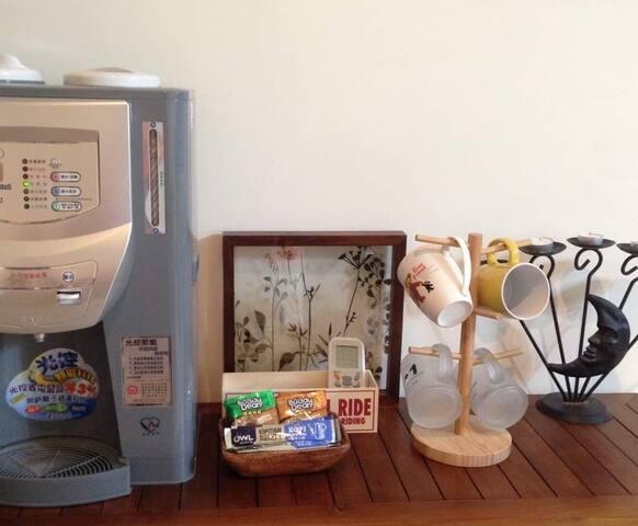 溫熱開飲機,咖啡包,茶包供 免費使用。
