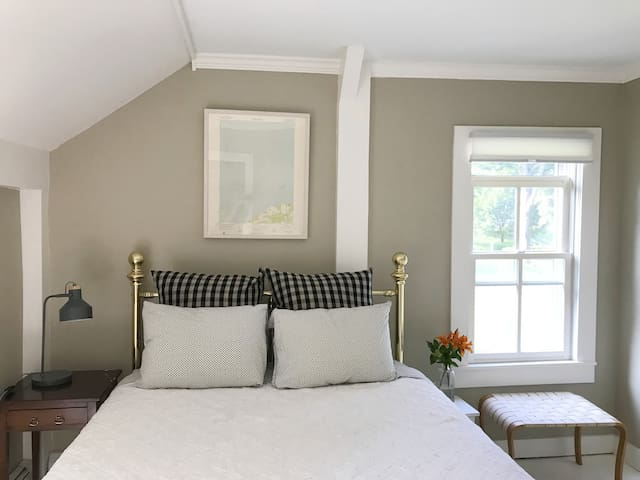 Artist Guest House and Farm Stay on 120 Acres