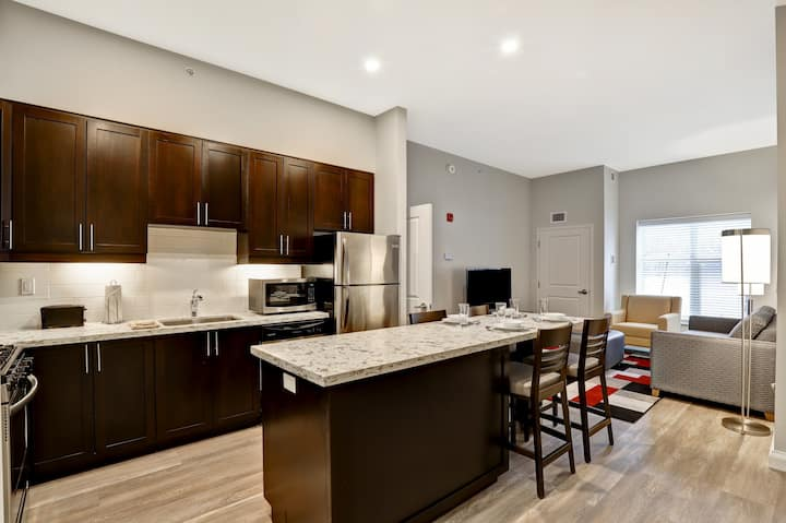Furnished 2 Bedroom (1 Queen, 2 Twin) Weekly - Entire Private Apartment