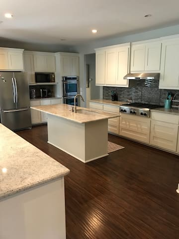3B 2.5B Private Home Fully Stocked Close to Main