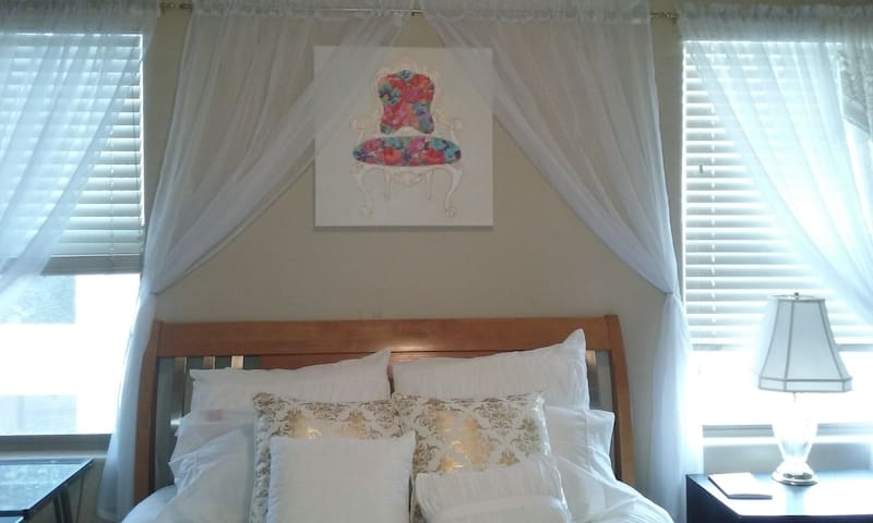 Bed & Breakfast Queen Suite feels like Royalty!