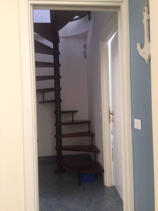 Scala a chiocciola che collega i due livelli della casa