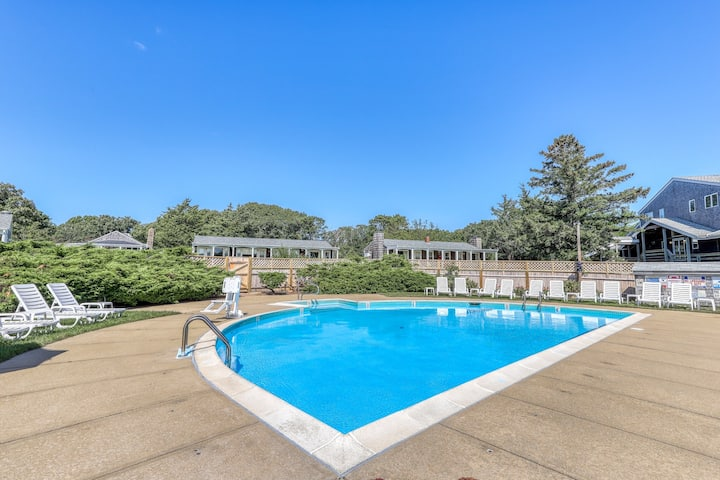 Ground-floor condo w/ shared pool & tennis courts, close to golfing & the beach!