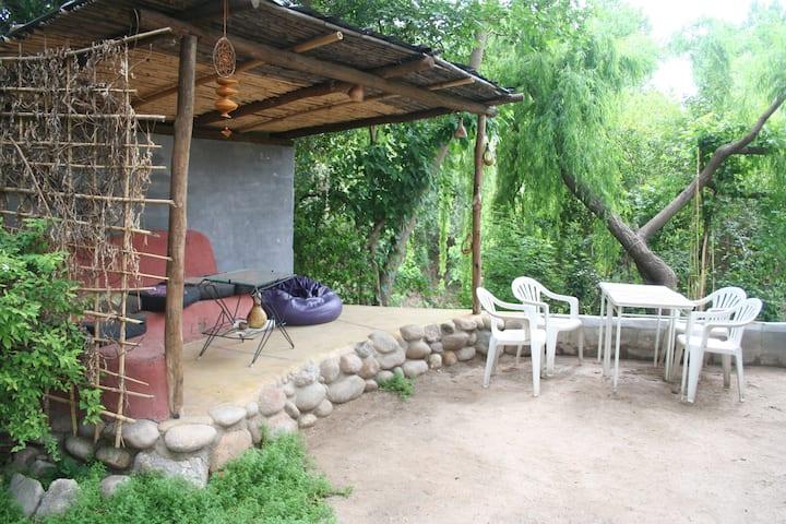 Andamundos Hostel con bajada al rio, dormis.