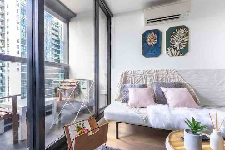 The Regency 2 bd apt in CBD - free tram pool gym