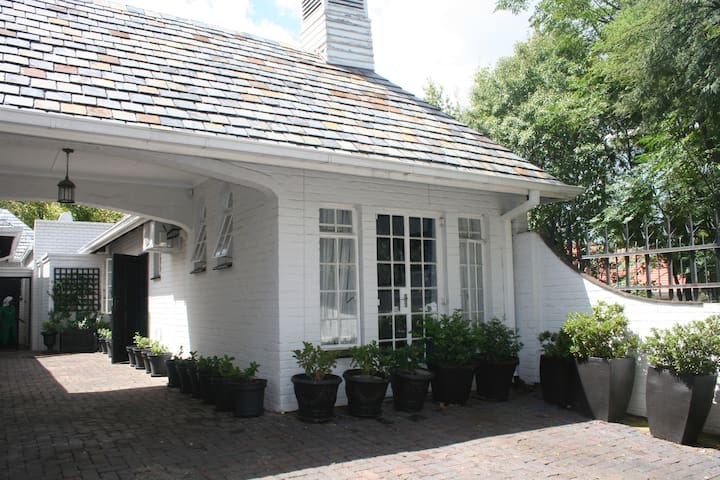 Private cottage with African decor in Rosebank