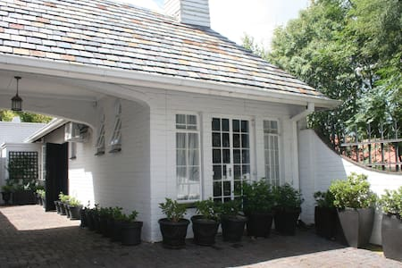 1 bedroom cottage close to restaurants / Rosebank