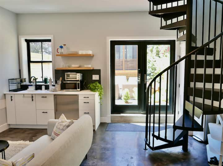 PRO CLEANED! The Chic Carriage house in Shaw! Sleeps 2