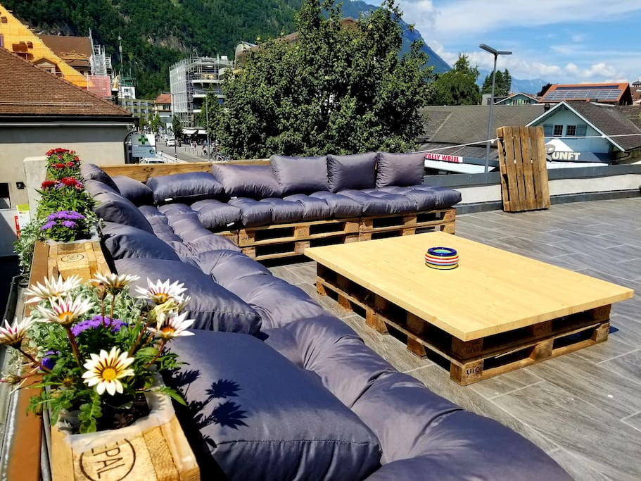 Chill lounge overlooking the center and train station Interlaken West