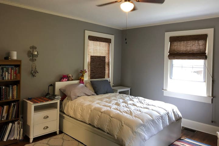 """Spacious Private Room"" in Morganton Cottage"