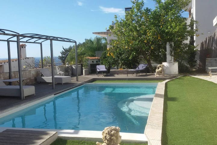 Little bungalow with pool and sea view – Pool House