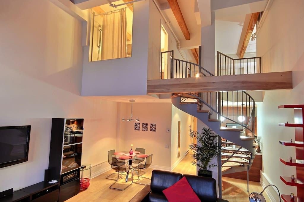 Loft 206 lit queen lit pliant lofts for rent in ville for Housse lit pliant