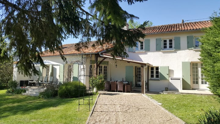 Character farmhouse with large pool near Aubeterre