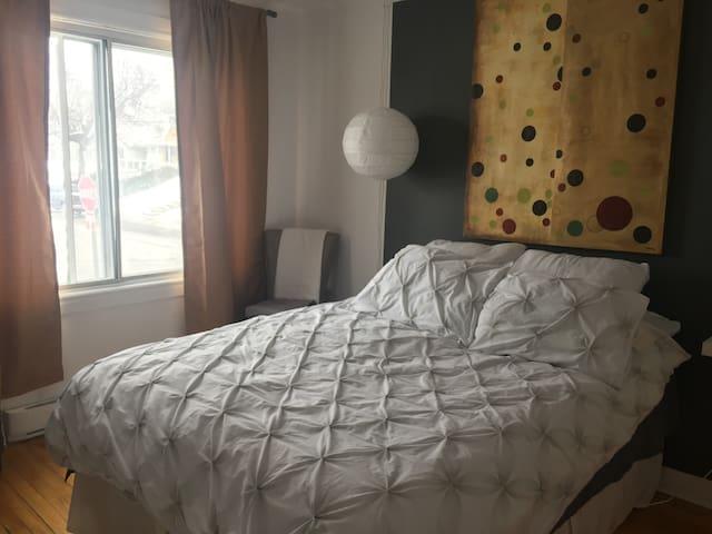 Chambre avec lit queen/Room with queensize bed