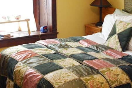 Stone Manor Bed & Breakfast Inn - East Wing Suite - Lovettsville