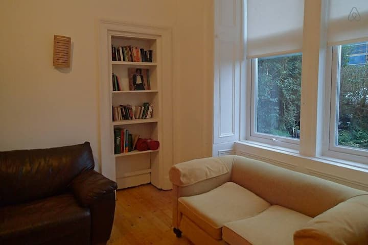 Bright & Spacious Apt in Central Glasgow Sleeps 6