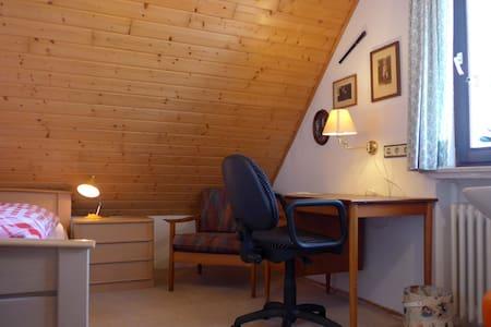 Ruhiges, verkehrsgünstig gelegenes Einbett-Zimmer