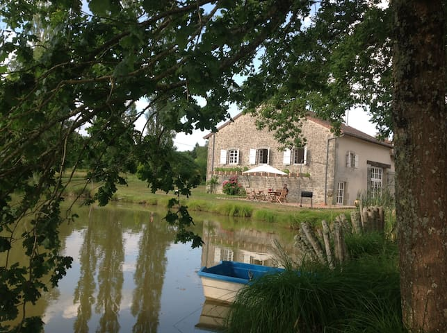 Gite in rural setting with Pool, Lake and Pétanque - Champniers-et-Reilhac - Huis
