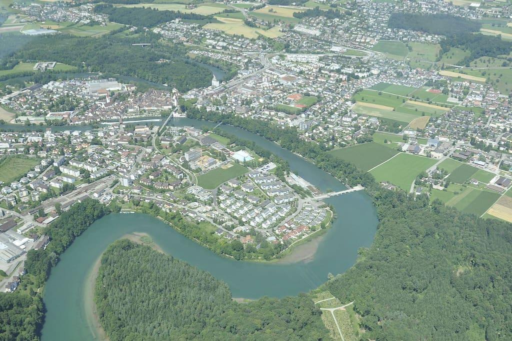 Die auf drei Seiten von der Reuss umschlossene, verkehrsberuhigte Barocke Altstadt ist ein Kulturdenkmal nationaler Bedeutung.