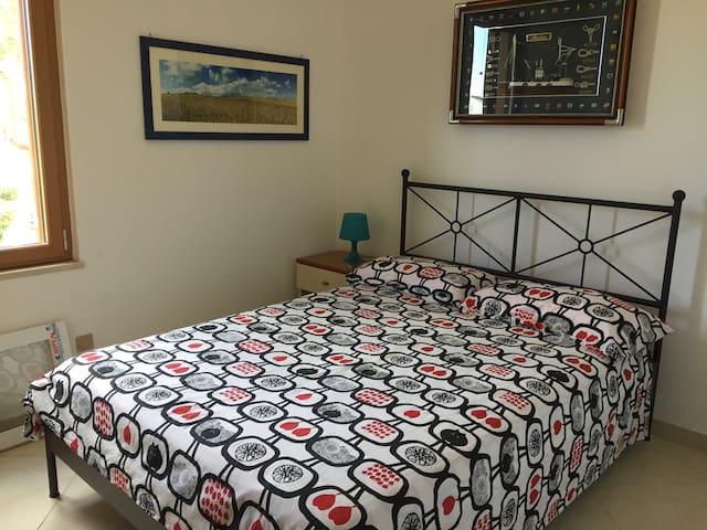 Camera con letto matrimoniale alla francese