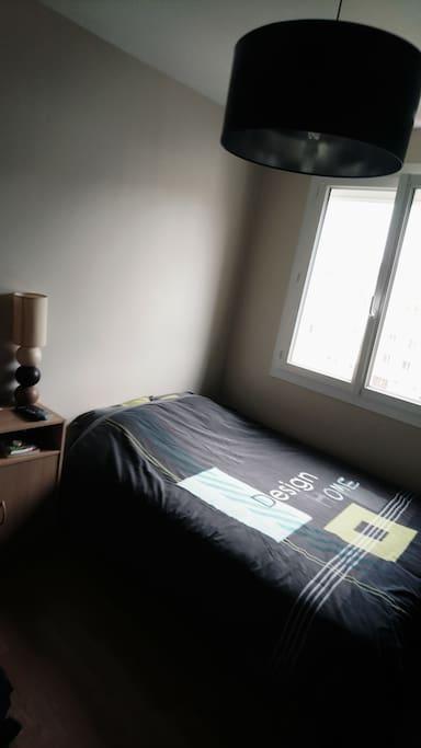 Chambre avec grande penderie et télévision