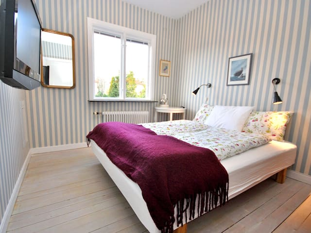 Separate room, private entrance, own wc & shower. - Gothenburg - Villa