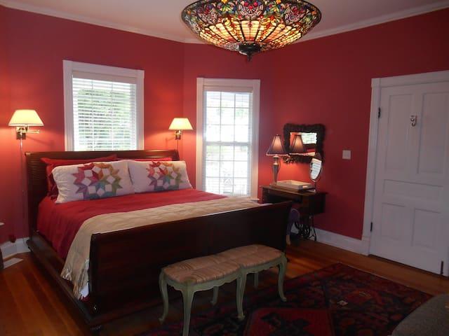 """Southern Magnolia""-Historic Junaluska Guest House"