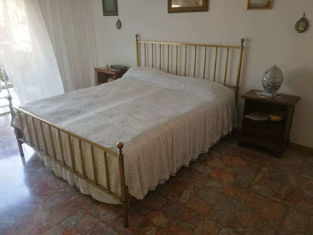 Camera da letto matrimoniale con balcone