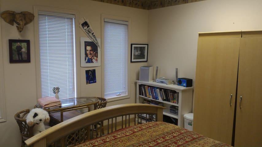 Abigail's Christian Hostel - Elvis Room