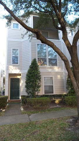 Beautiful 3 story townhome- perfect location