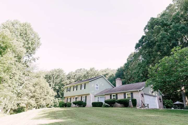 Stay at an AMISH PARADISE ❤️ 17-Acres ❤️ Farmhouse