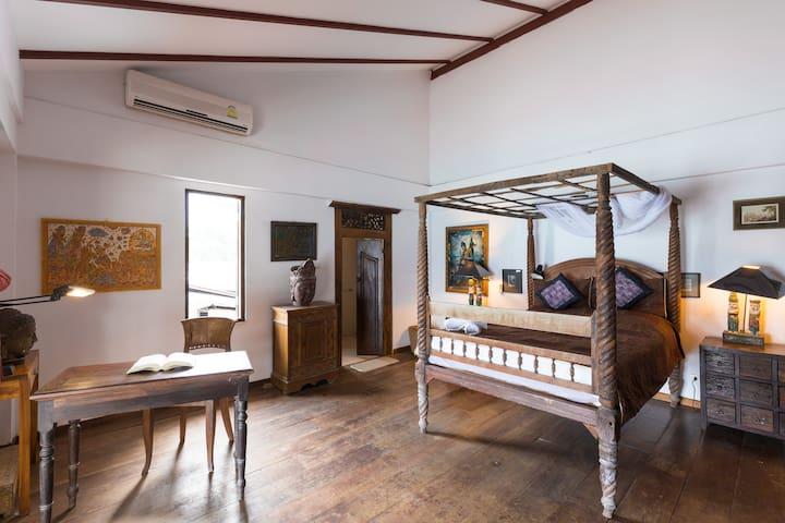 Chambre du premier étage avec terrasse privative sur le mer First floor sea front room with private terrace.