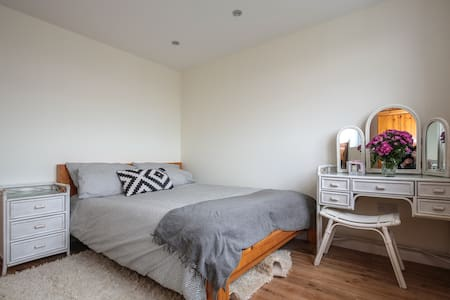 Large loft room with king size bed - Ilford