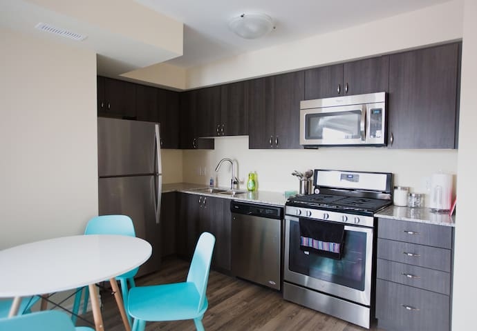 Brand New 1 Bedroom 1 Bath Condo - Collingwood - Apartamento