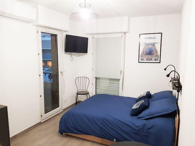 Coin nuit : lit double en 140×190 avec matelas à mémoire de forme et 2 tiroirs de rangement  en dessous - 1 tv connectée écran plan