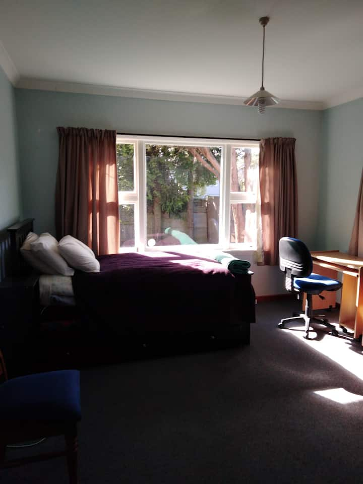 Tidy and Peaceful Homestay Easy Bus to City Centre