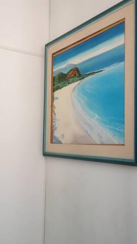 Quarto bem pequeno  uma quadra da praia Copacabana