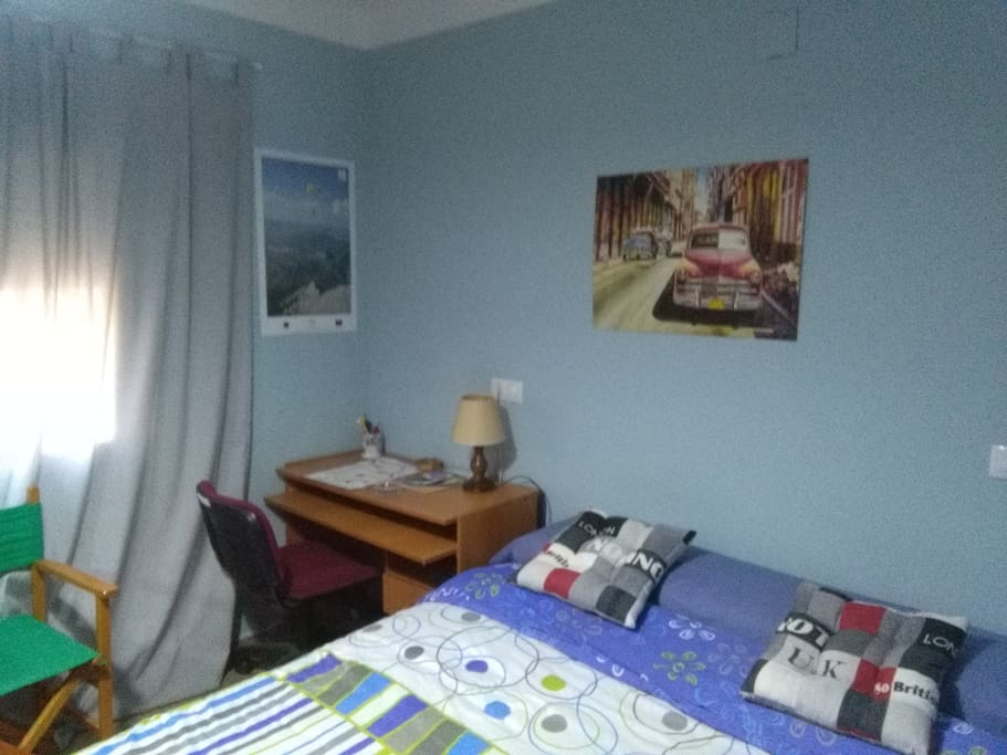 cama, escritorio, ventana soleada