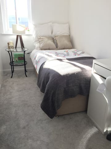 New bright comfy airy SINGLE bedroom B&B + parking