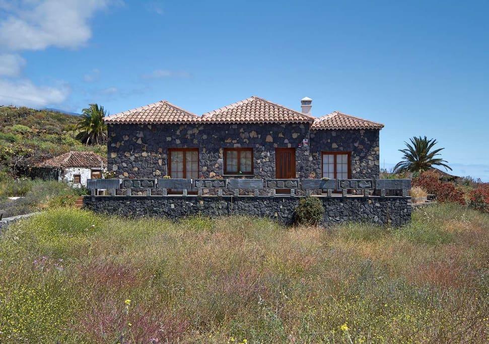 Casa amplia con paredes de piedra de nueva construcción.
