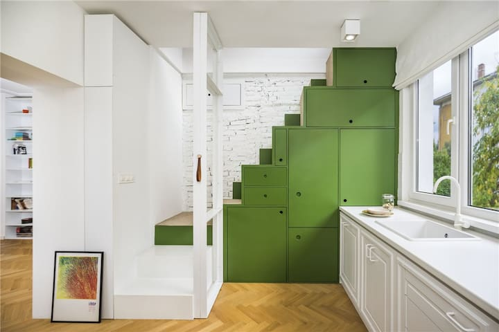 อพาร์ตเมนต์มีห้องนอน 2 ห้อง ห้องนั่งเล่น ห้องครัวพร้อมอุปกรณ์ครบครันและไมโครเวฟ พื้นที่รับประทานอาหาร ห้องน้ำ โทรทัศน์จอแบน