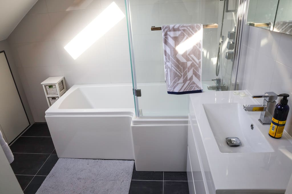 En suite bathroom with large bath (great if your a big person or 2 people :)