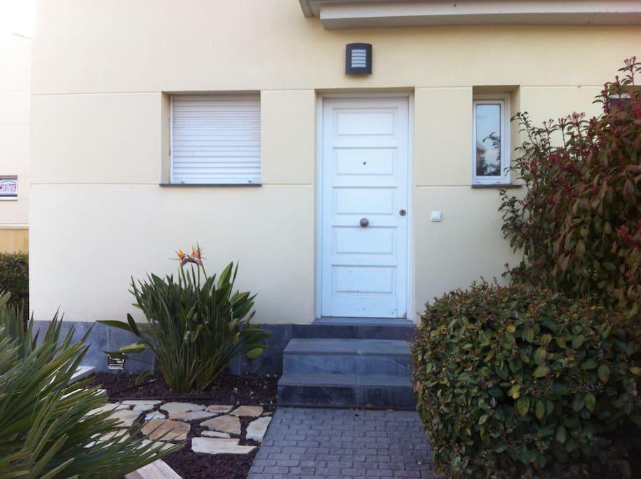 Casa adosada con jard n y piscina comunitaria case in for Piani casa miami