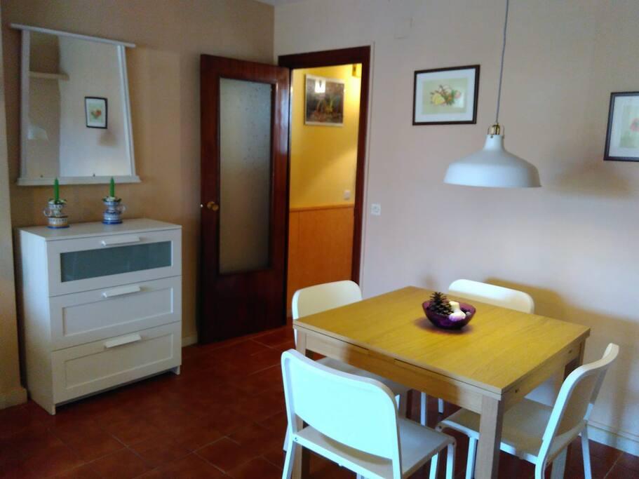 Zona de comedor en salón junto a la entrada.