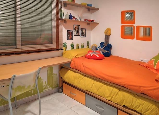 Habitación con escritorio y 2 camas nido.