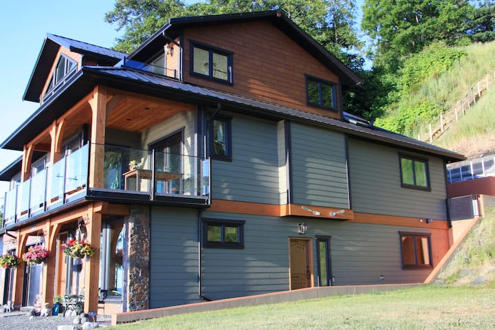Campbell River Vacation Rental with 3 rooms