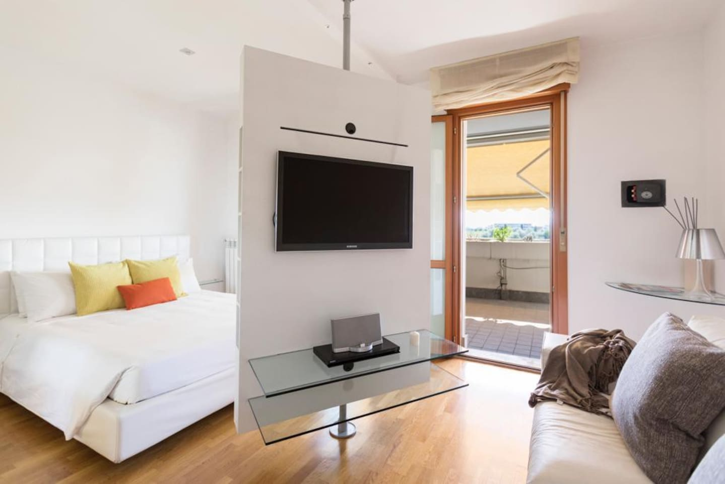Parete girevole porta TV/swivel TV stand-separates the sleeping area from the living area